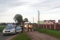Motocyklista na łuku drogi zderzył się z osobówką