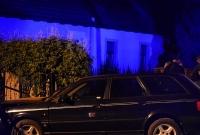 Audi wypadło z drogi, ścięło słup i utknęło w płocie