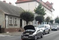 Kolizja drogowa i ulatniający się gaz w bloku