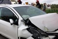 Wypadek na skrzyżowaniu! Auto zatrzymało się na kamienicy