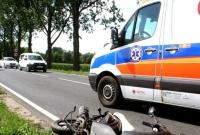 Motorowerzysta uderzył w samochód ciężarowy! Odniósł poważne obrażenia