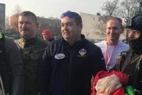Policjant z biało-czerwoną flagą nad Gnieznem
