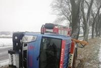 Cieżarówka wypadła z drogi i przewróciła się na bok