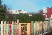 Niezwykły, kolorowy płot w Przedszkolu nr 9