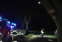 Czołowe zderzenie z drzewem i dachowanie w rowie