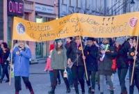 Łańcuch Światła z Wykrzyknikiem w Gnieźnie! Kilkaset osób zebrało się na Rynku