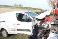 Auto osobowe zderzyło się czołowo z ciężarówką