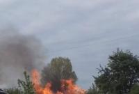 Duży pożar w okolicy stacji paliw