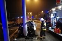 Pijany kierowca skasował auto na słupie sygnalizacji świetlnej