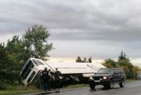 Cieżarówka zakończyła jazdę w rowie