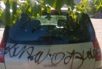 Poszukiwani wandale, którzy pomalowali farbą samochody na os. Jagiellońskim w Gnieźnie