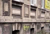 Wandale zniszczyli elewacje kamienic przy ul. Mieszka I