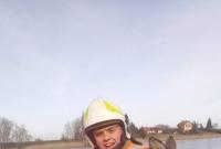 Sarna utknęła na zamarzniętym jeziorze! Uratowali ją strażacy