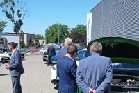 Samorządowcy rozmawiali o elektromobilności. Spotkanie odbyło się w salonie Szpot