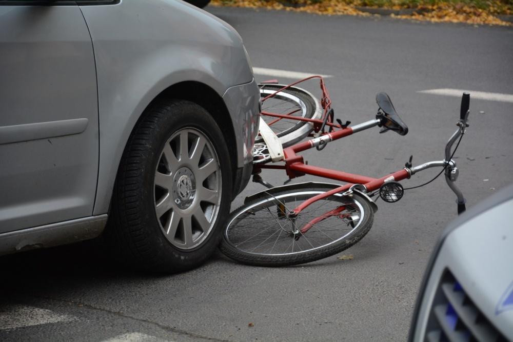 Wypadek w Strzyżewie Kościelnym! Rowerzysta pod kołami samochodu