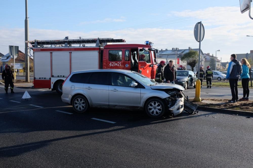 Zderzenie dwóch aut na ul. Poznańskiej. Sygnalizacja świetlna nie pomaga?