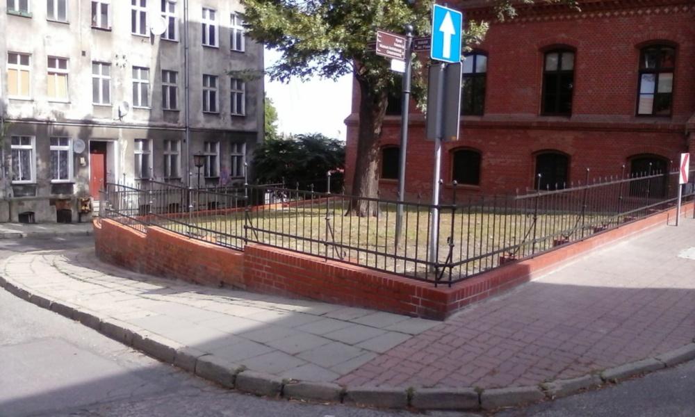 Naprawa muru przy gnieźnieńskim Sądzie