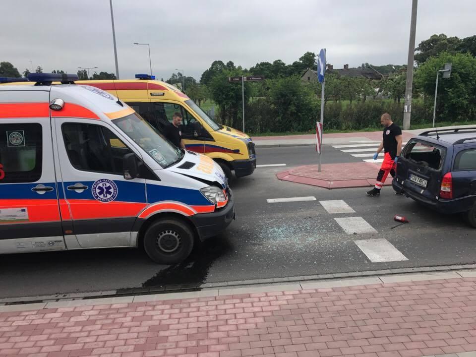 Karetka uderzyła w samochód, który zatrzymał się przed przejściem dla pieszych!