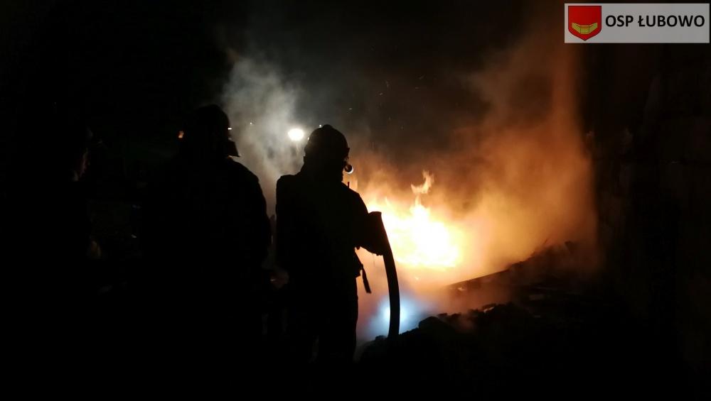 Pożar drewna przy hali magazynowej w Braciszewie
