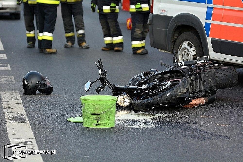 Nieznany motocyklista z pijanym pasażerem najechał na pijanego 20-latka