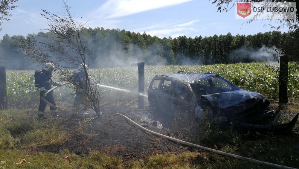 Auto po wypadku stanęło w ogniu! Kierowca uciekł z miejsca zdarzenia