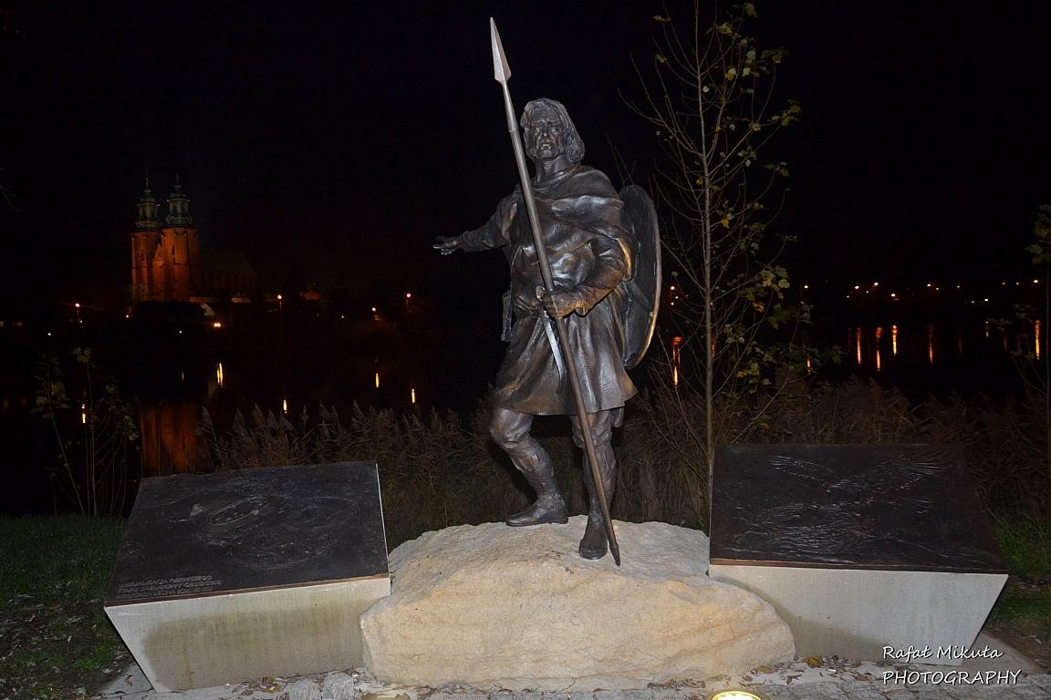 Dwie płaskorzeźby wzbogaciły pomnik Lecha