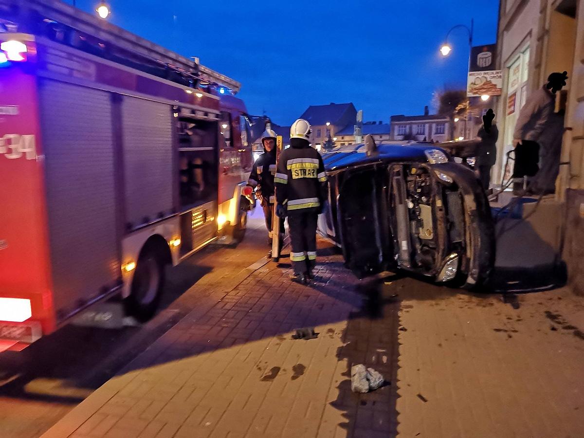 Auto wypadło z drogi i uderzyło w budynek!
