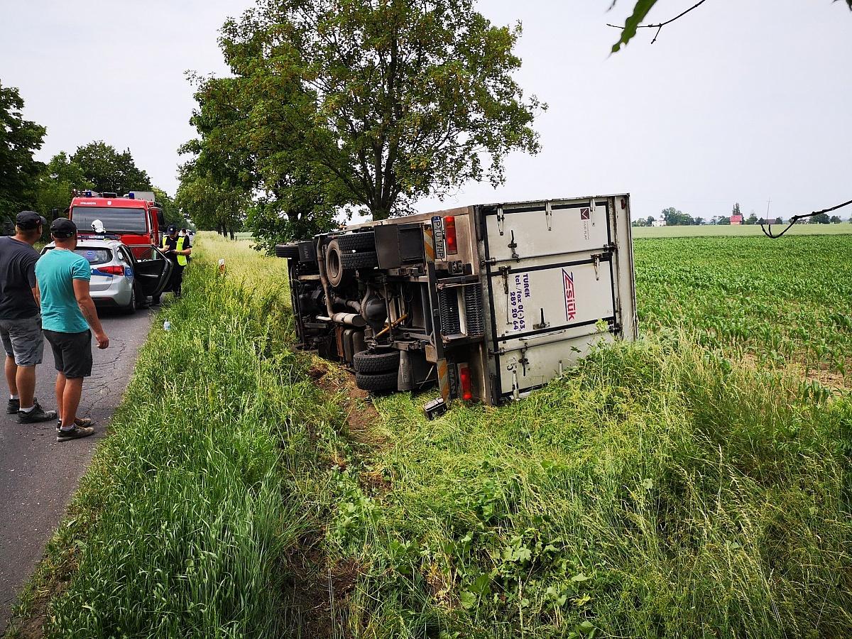Ciężarówka zakończyła jazdę w rowie