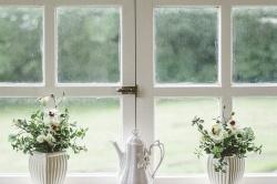 Jak umyć mocno zabrudzone okna i nie stracić na to całego dnia?