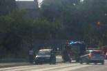 W centrum Gniezna drzewo spadło na jadący samochód!