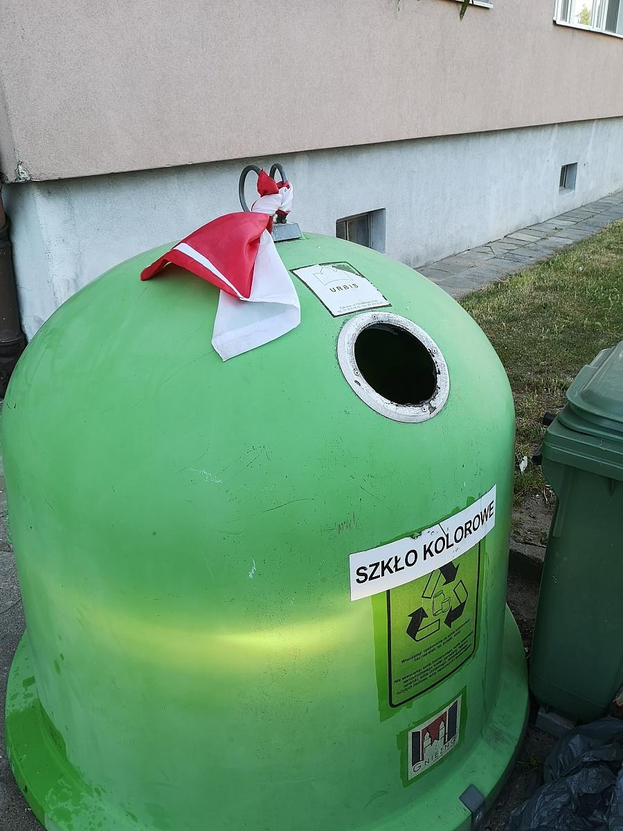 Znalazł flagę Polski  i ... przywiązał ją do śmietnika