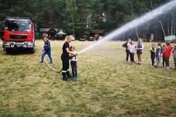 Wizytacja gnieźnieńskich strażaków w obozie harcerskim w Imiołkach