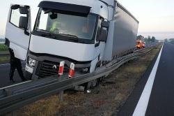 Ciężarówka uderzyła w bariery energochłonne
