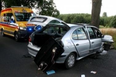 Wypadek między Trzemesznem a Trzemżalem! Auto uderzyło w drzewo