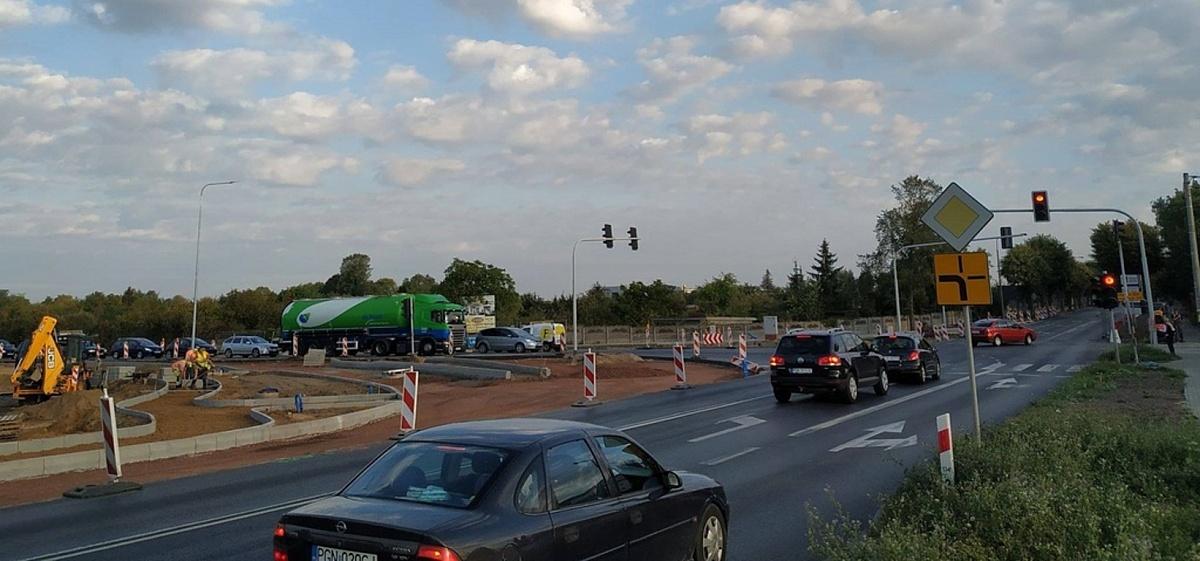 Kierowanie ruchem na skrzyżowaniu Wrzesińskiej i Kostrzewskiego