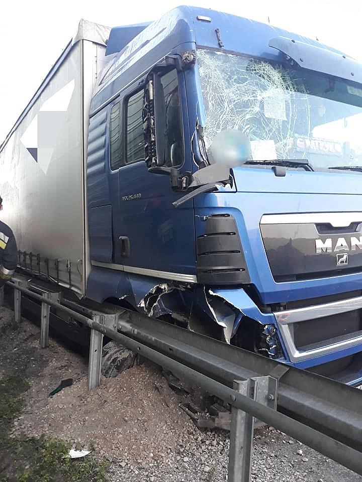 Ciężarówką po barierach energochłonnych na S5