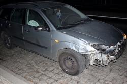 Ford uderzył w ciężarówkę! Na jezdnię wyciekło paliwo