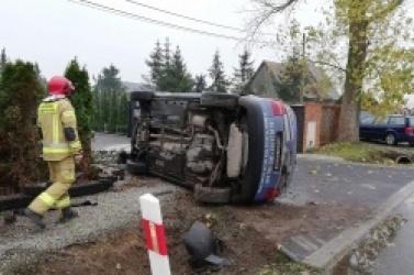 Spektakularny wypadek w Modliszewie! Samochód wypadł z drogi i zniszczył ogrodzenie posesji!