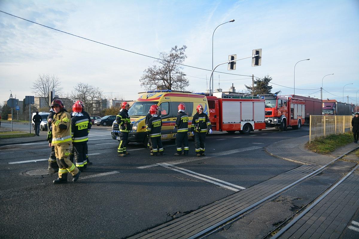 Wypadek na skrzyżowaniu ul. Witkowskiej i Leśnej! Auto przewróciło się na bok