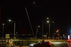 Mały Opel zakończył jazdę na słupie oświetleniowym