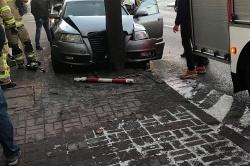 Wypadek na oblodzonej drodze w Kłecku! Audi wpadło na chodnik i uderzyło w drzewo