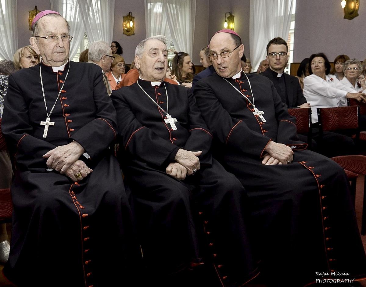 Droga krzyżowa w dniu postu i modlitwy wynagradzającej za grzech wykorzystywania seksualnego dzieci i młodzieży przez niektórych duchownych