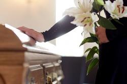 Jak udekorować rodzinna mogiłę? O kwiatach na grób