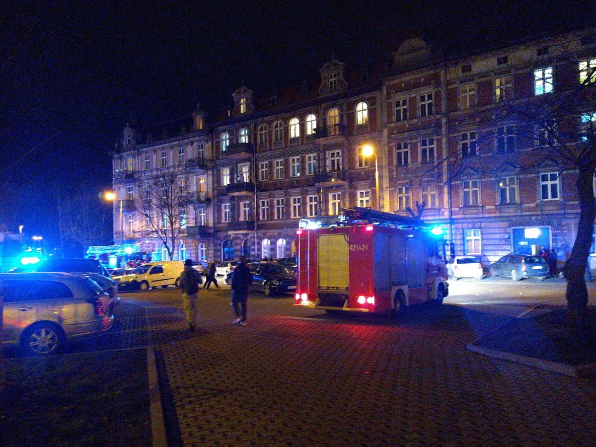 Próba samobójcza w centrum Gniezna! Mężczyzna chciał skoczyć z 3 piętra