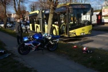 Wypadek na ul. Wrzesińskiej! Motocyklista uderzył w autobus!