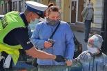 Policjanci rozdają maseczki mieszkańcom! Seniorka zalała się łzami
