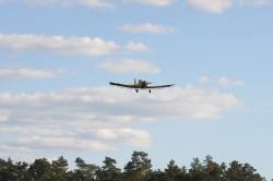 Samolot Dromader opryskuje lasy