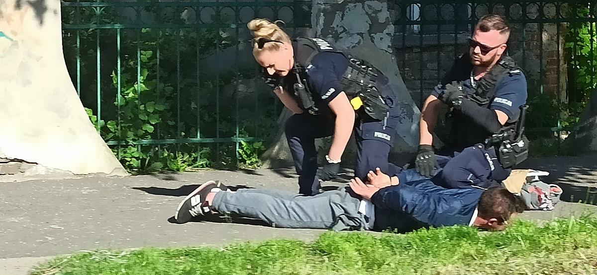Mężczyzna położył się na środku ulicy! Chciał zginąć pod kołami samochodu!