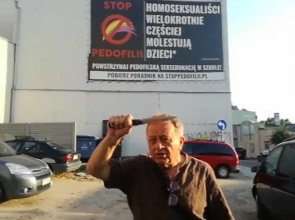 Gnieźnieński performer ponownie w akcji! Bogdan Bentyn zniszczył baner przy ul. Krzywe Koło