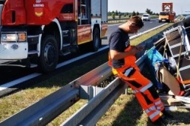Przyczepka odczepiła się od samochodu i uderzyła w bariery energochłonne